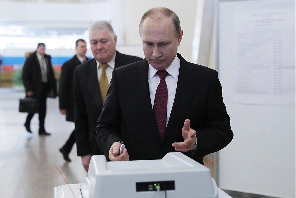 обреченно голосуют